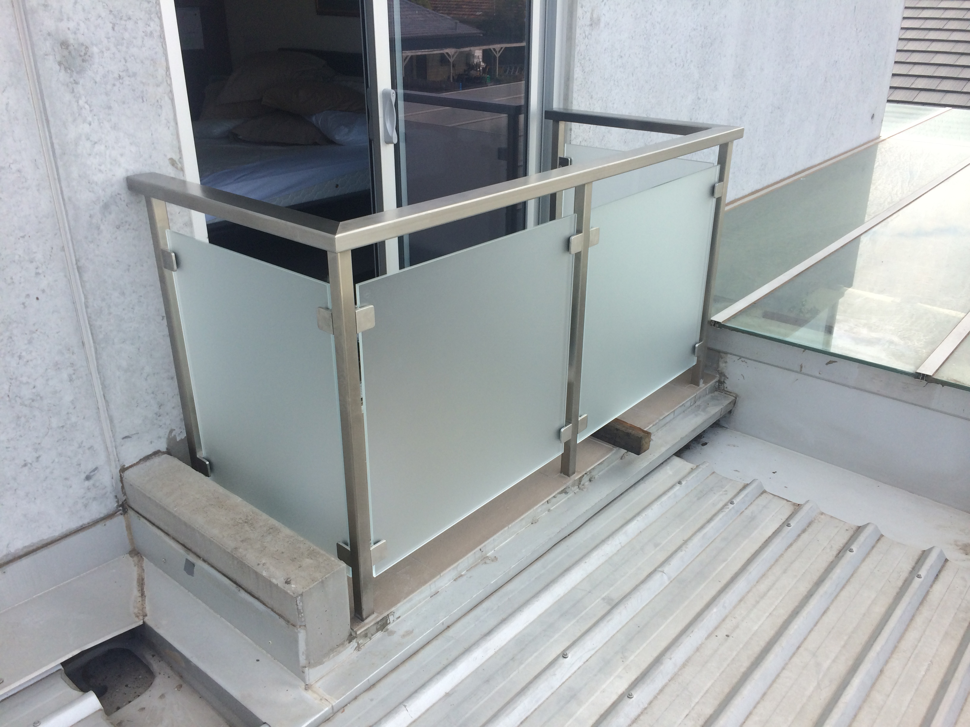 Frosted glass balustrade with 80x40 toprail